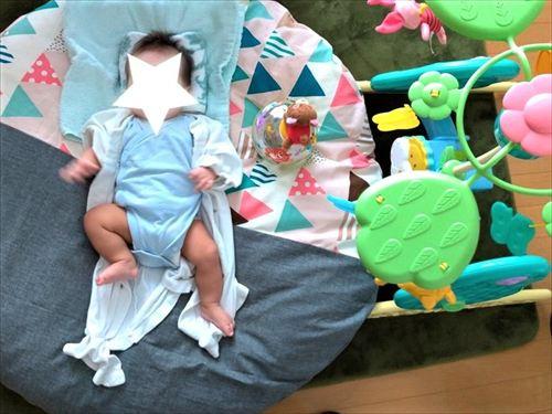 洛中高岡屋せんべい座布団に小さな赤ちゃんが寝転がっている様子