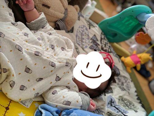 せんべい座布団に寝転がる赤ちゃん