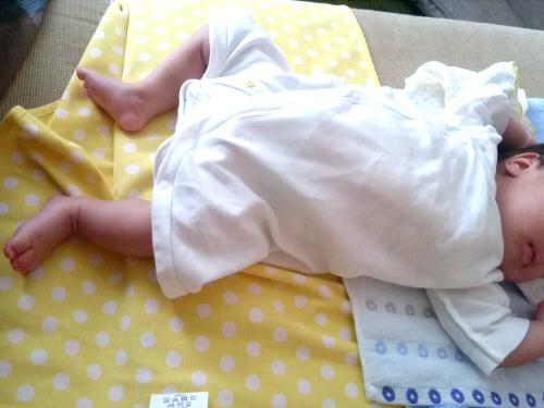 ソファで寝る赤ちゃん