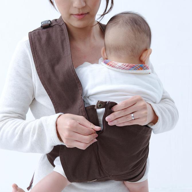 キューズベリーのコンパクト抱っこを装着している様子