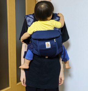 エルゴアダプトクールエアで赤ちゃんを抱っこしている様子