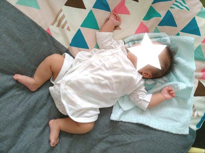 赤ちゃんがコンビ肌着を着ている写真