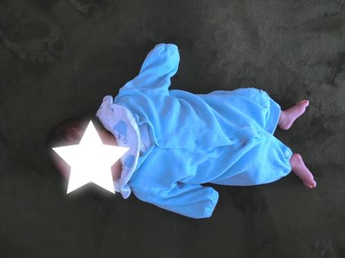 赤ちゃんがツーウェイオールを着ている様子