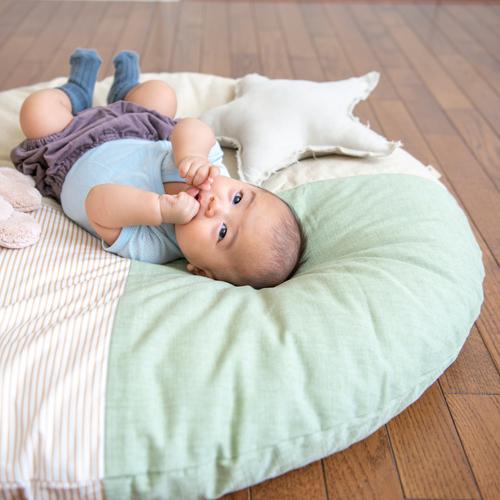 洛中高岡屋せんべい座布団に赤ちゃんが寝転がっている様子
