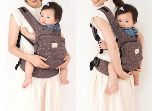 napnapCOMPACTで赤ちゃんが抱っこされている様子