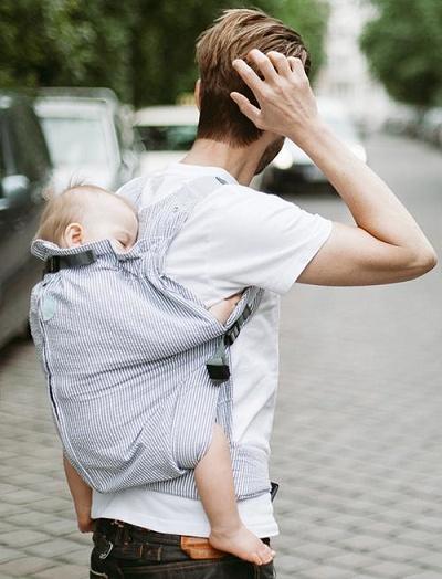ウィーゴプリーミーで赤ちゃんをおんぶしている様子