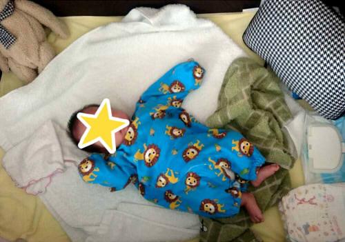 ベビーベッドに赤ちゃんが寝ている様子