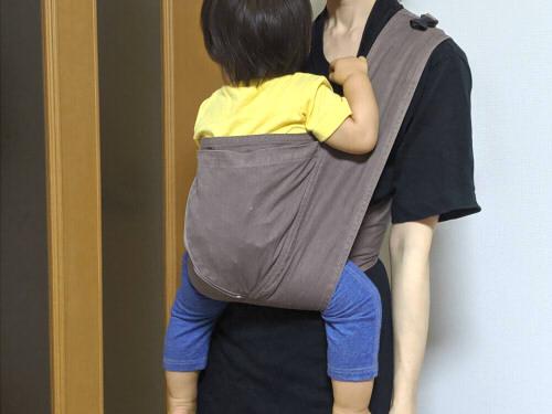 キューズベリークロス抱っこ紐で子どもを抱っこしている様子